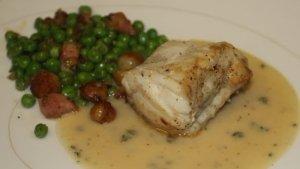 Рыба, запеченная в сметанном соусе, на сковородке